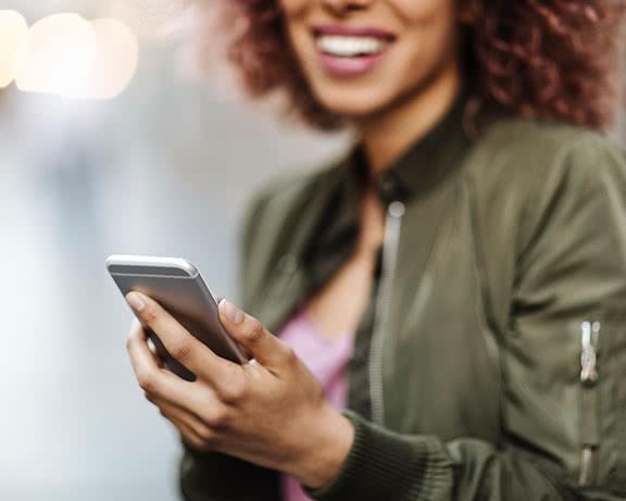 Una señorita con un celular en la mano