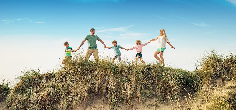 Una familia tomada de la mano