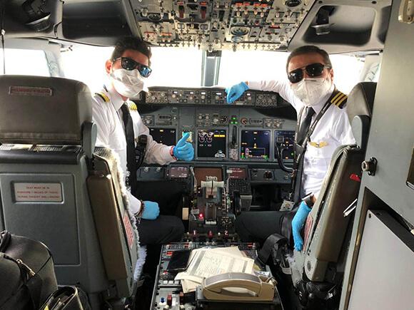 Pilotos no cockpit prestes a embarcar em um vôo humanitário